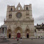 リヨンの歴史地区散歩の出発点。ゴシック様式の教会