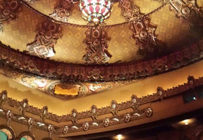 重厚感のある素晴らしい劇場