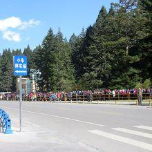 ローウェイ駅方向に並んだ人の列