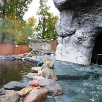 露天風呂「青の洞窟風呂」、暗くなると青い照明に照らされる
