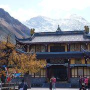 お寺が、美しい石灰華段の風景のアクセントとなっています。