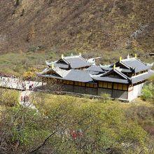 五彩池をめぐる展望台から見えた黄龍古寺。