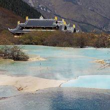 黄龍古寺を背景にした五彩池。