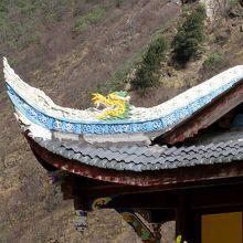 黄龍古寺の屋根の龍の飾り。