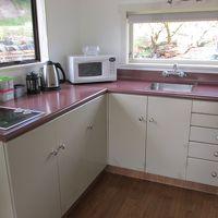 キッチン 食器や調理器具、大きな冷蔵庫も揃っている。