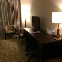 机や椅子、テーブルがゆったり