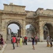 庶民の市場の入り口、マゼウスーミトリダテス門(アゴラ南門)が素晴らしい。