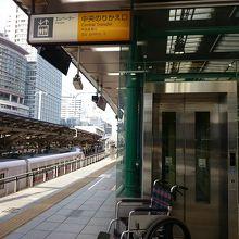 新幹線20番線。一か所しかないエレベーターと車いす