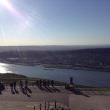 記念碑から川を見下ろすと…