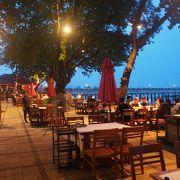 シャロン湾を見渡すローカルシーフード店