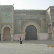 王宮に通じる大きな門です。
