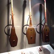カザフ族の民族楽器ドンブラの展示を中心とした博物館