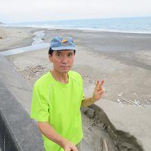 産卵場所の砂浜をバックに