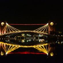 水面の反射と二重の天門橋が幻想的