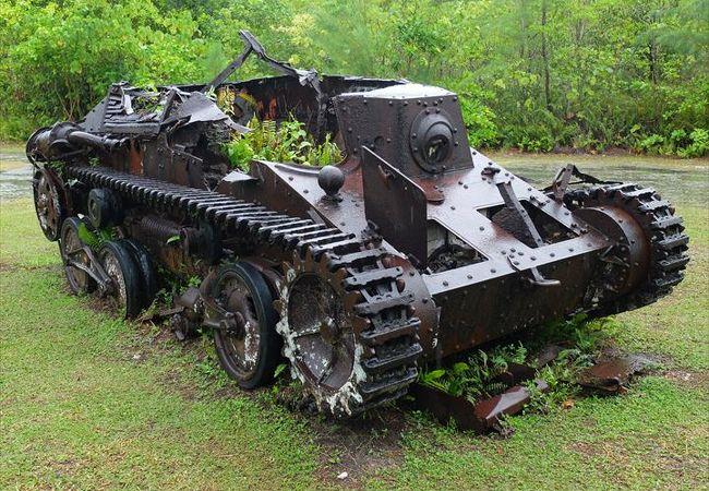 ペリリュー島の戦跡の一つ。九五式軽戦車も残っています。