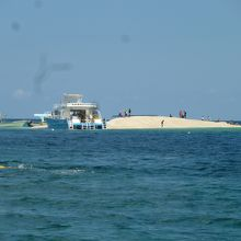 海にうかぶサンゴのかけらの島