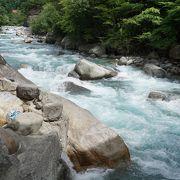 川のほとりの岩場の陰