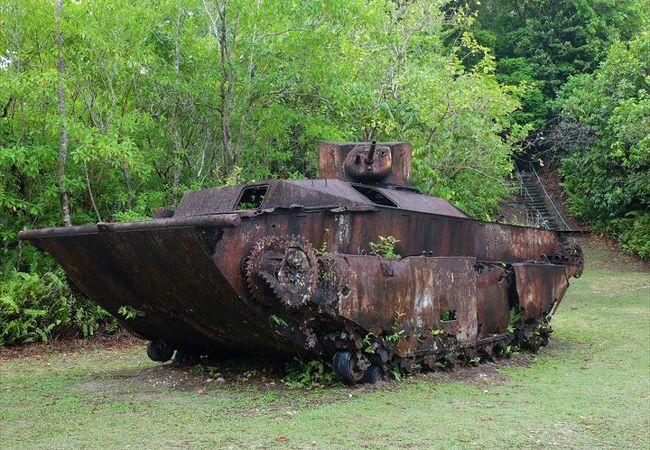 ペリリュー島の戦跡の一つ。米軍の水陸両用戦車も残っています。