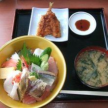 『海鮮丼』(1995円)ランチタイムのおまけでアジフライ付き