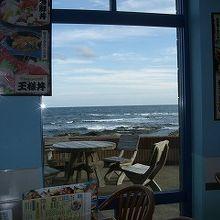 テーブルから太平洋を眺められます