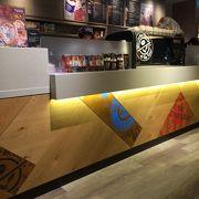 日本橋交差点角のカフェ