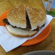 香港らしいジャンクフード、チャーシューバーガー