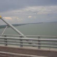 橋の上からメコン川をのぞむ