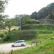 駐車場の向こうに山中御殿の石垣
