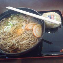 月見蕎麦は富山の渦巻き蒲鉾付です。
