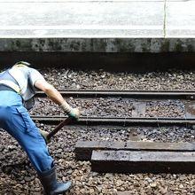 線路に散水。