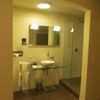 右:シャワーブース、真ん中:洗面台、左:トイレ