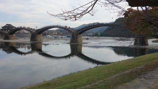 橋の下流はちょっと激しい流れですが,上流は水が静かで,水に橋が映ります。