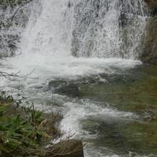 本流に直接流れ落ちているため、滝壷はありません