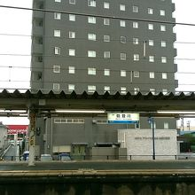 駅のホームから見えます。