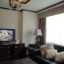 広い客室の雰囲気ある調度品