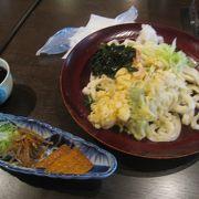 吉田うどんが食べられます。
