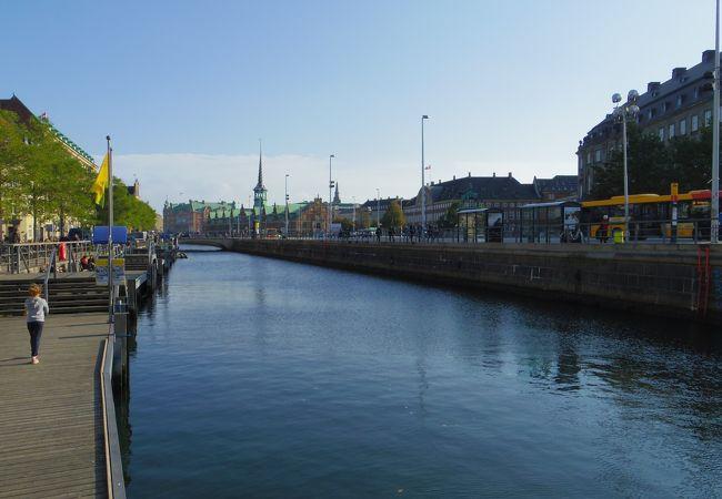 運河ツアー乗り場があります
