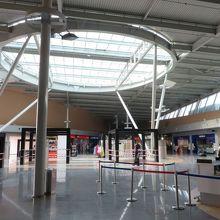 空港の到着ロビーは、閑散と
