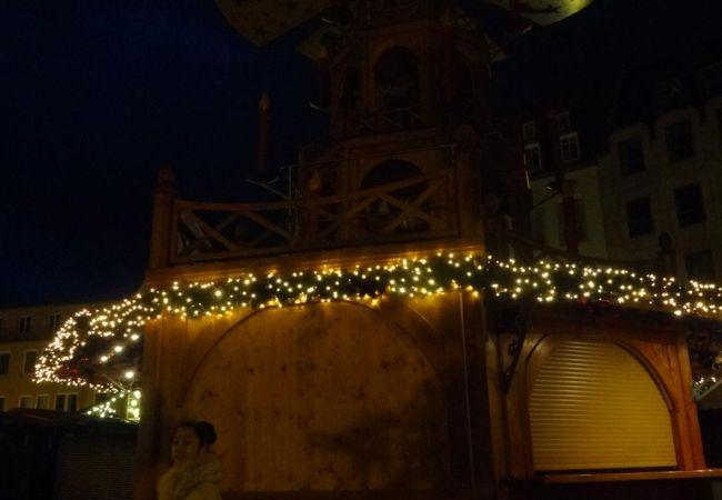 クリスマスマーケットの会場になってました。