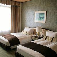 落ち着いた雰囲気の寝室。ベッドはシモンズ社製