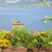 ネス湖岸に建つお城