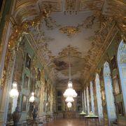 宮殿内のきらびやかな装飾がすばらしい