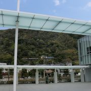 「海」と「山」に囲まれた明るい美術館