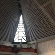 全体を写せない位、広々した教会ホール