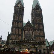 ブレーメンの旧市街にそびえる二つの塔が印象的な教会です。