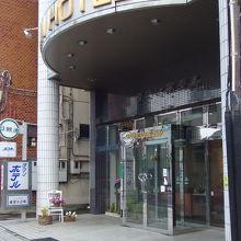 駐車場は右隣と道路をはさんで前にあります。
