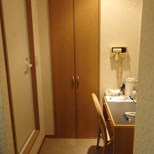 ドアから二歩進んで左側。