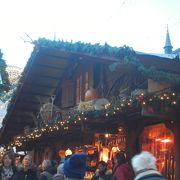 多くの屋台がお店を開いているクリスマスマーケット開催時に訪れました。
