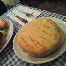 ムサカについてきたパン。あっさり揚げパンってカンジ。