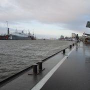 北ドイツの拠点、ハンブルクの港は北海に流れているエルベ川から約100km遡ったところにあります。